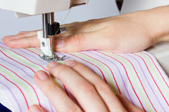 Ouvrière couturière féminine de main dans la couture de vêtement Image libre de droits