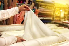Ouvrière couturière, tailleur avec des ciseaux découpage pointeaux Processus de coupe image libre de droits