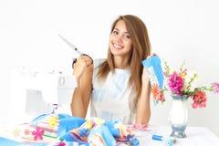 Ouvrière couturier de femme et machine à coudre Image stock