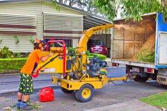 Ouvrier à l'aide de la machine woodchipping Image libre de droits
