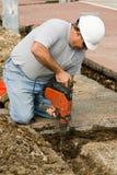 Ouvrier à l'aide du burin de marteau Images libres de droits
