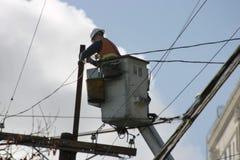 Ouvrier électrique sur un levage Images stock