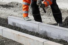 Ouvrier étendant des pierres Photo libre de droits