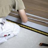 Ouvrier étendant le plancher Photographie stock libre de droits