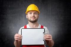 Ouvrier affichant la planchette blanc photos libres de droits