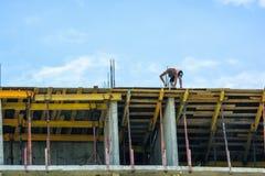 Ouvrier au chantier de construction Photo stock