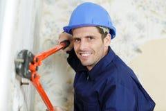 Ouvrier avec la faucheuse de ciseaux images libres de droits