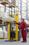 Ouvrier aîné avec le lecteur de code à barres dans l'entrepôt Photographie stock libre de droits