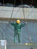 Ouvrier avec les cordes de levage Photographie stock libre de droits
