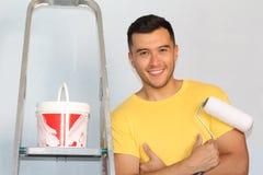 Ouvrier chargé de l'entretien souriant à l'appareil-photo image stock