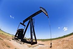 Ouvrier chargé des pompes de puits de pétrole. Images libres de droits