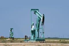 Ouvrier chargé des pompes de puits de pétrole. Photographie stock