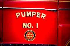 Ouvrier chargé des pompes numéro un d'incendie Images libres de droits