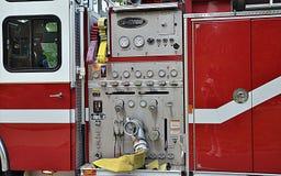 Ouvrier chargé des pompes de pompe à incendie de corps de sapeurs-pompiers Image stock
