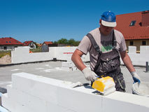Ouvrier construisant le mur en béton Images stock