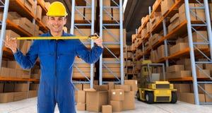 Ouvrier d'entrepôt avec la mesure de bande b Images stock