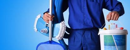 Ouvrier d'entretien de piscine de concept avec le fond bleu Photo libre de droits