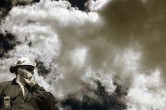 Ouvrier d'industrie et nuages toxiques Photographie stock