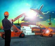 Ouvrier dans des affaires logistiques fonctionnant dans le récipient embarquant y Photos stock