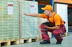 Ouvrier dans l'entrepôt image libre de droits