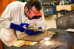 Ouvrier dans l'usine en métal photos stock