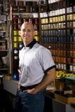Ouvrier dans le magasin d'estampes images libres de droits