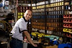 Ouvrier dans le magasin d'estampes images stock