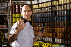 Ouvrier dans le magasin d'estampes image stock