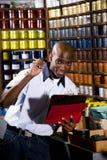 Ouvrier dans le magasin d'estampes photographie stock libre de droits