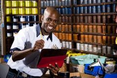 Ouvrier dans le magasin d'estampes photographie stock