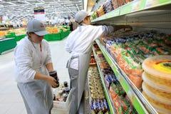 Ouvrier dans le supermarché Image libre de droits