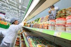 Ouvrier dans le supermarché Photographie stock