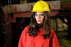 Ouvrier de Brunette dans l'industrie lourd image stock