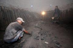Ouvrier de charbon de bois en bois de Mangroove Image stock