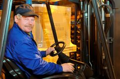Ouvrier de chargeur de chariot élévateur à l'entrepôt Images libres de droits