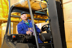 Ouvrier de chariot élévateur à l'entrepôt Photographie stock