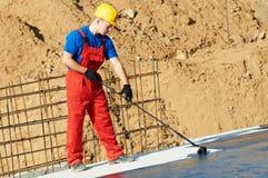 Ouvrier de constructeur au travail d'isolation de toit images stock