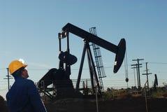 Ouvrier de forage de pétrole au gisement de pétrole Photographie stock libre de droits