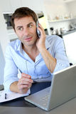 Ouvrier de Home Office parlant au téléphone Photos stock