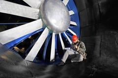 Ouvrier de mainenance de Windtunnel photo stock