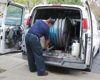 Ouvrier de nettoyage de tapis Photographie stock libre de droits