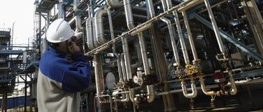 Ouvrier de pétrole et machines de canalisation Photographie stock libre de droits