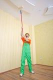 Ouvrier de peintre pendant son travail photos libres de droits