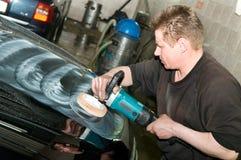 Ouvrier de polissage de véhicule Images stock