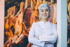 Ouvrier de production de viande crue image libre de droits
