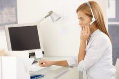 Ouvrier de service à la clientèle avec l'écouteur Image libre de droits