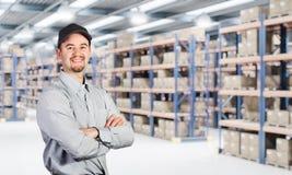 Ouvrier de sourire dans l'entrepôt Photographie stock libre de droits