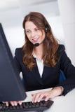 Ouvrier de sourire de centre de réceptionniste ou d'appel photographie stock