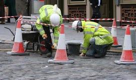 Ouvrier deux réparant le trottoir photos libres de droits
