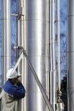 Ouvrier et canalisations de raffinerie Photo stock